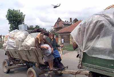Serbs leaving Zitinje, Aug 1999